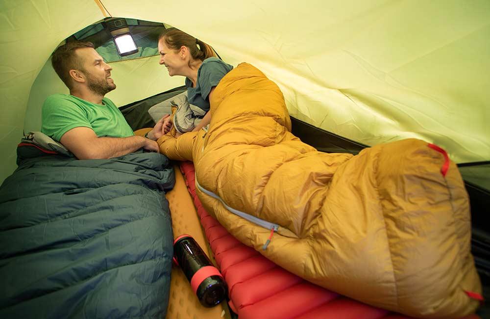 Na czym spać w namiocie
