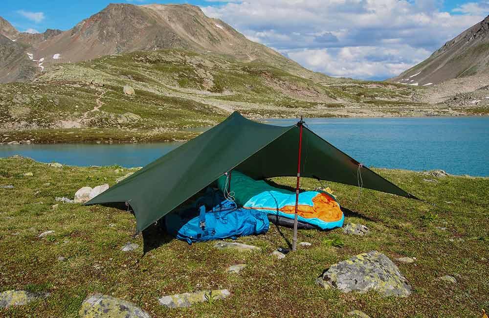 Jaki śpiwór w góry wybrać pod tarp. Najlepiej odporny na wilgoć.