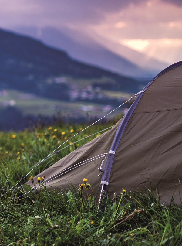namiot turystyczny z widokiem na góry