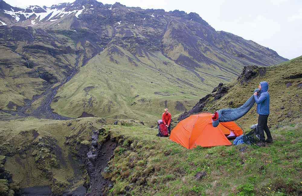 Kiedy w powietrzu jest dużo wilgoci, wiadomo jaki śpiwór wybrać w góry- syntetyczny.