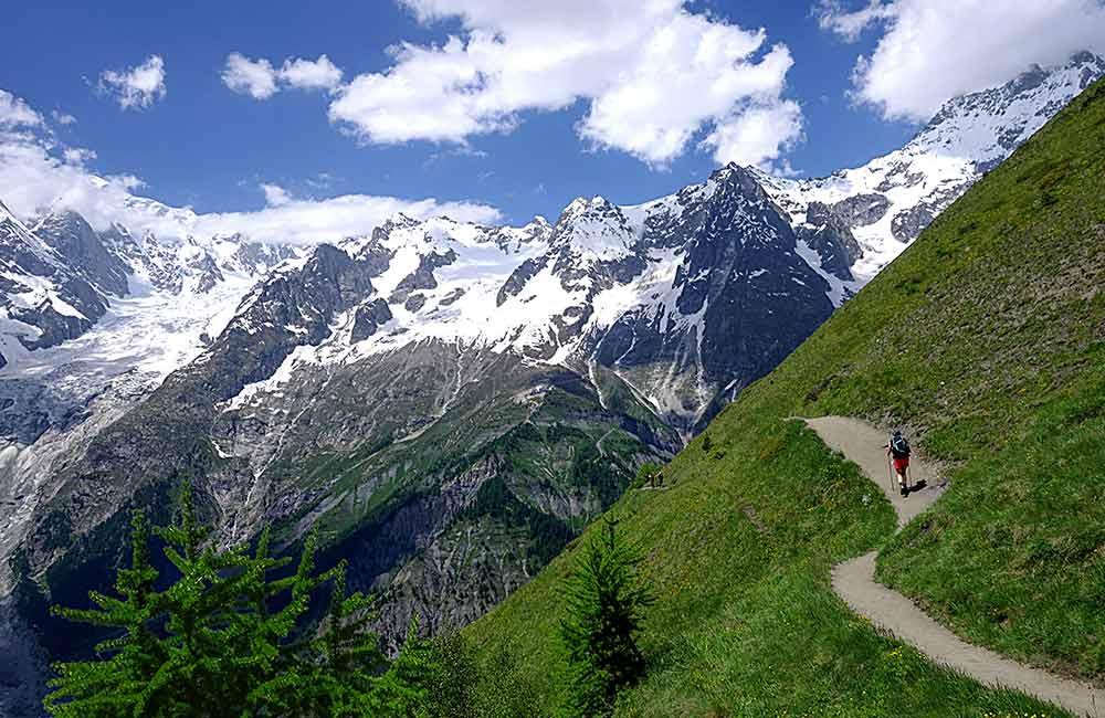 widok na ośnieżone masywy górskie podczas trekkingu