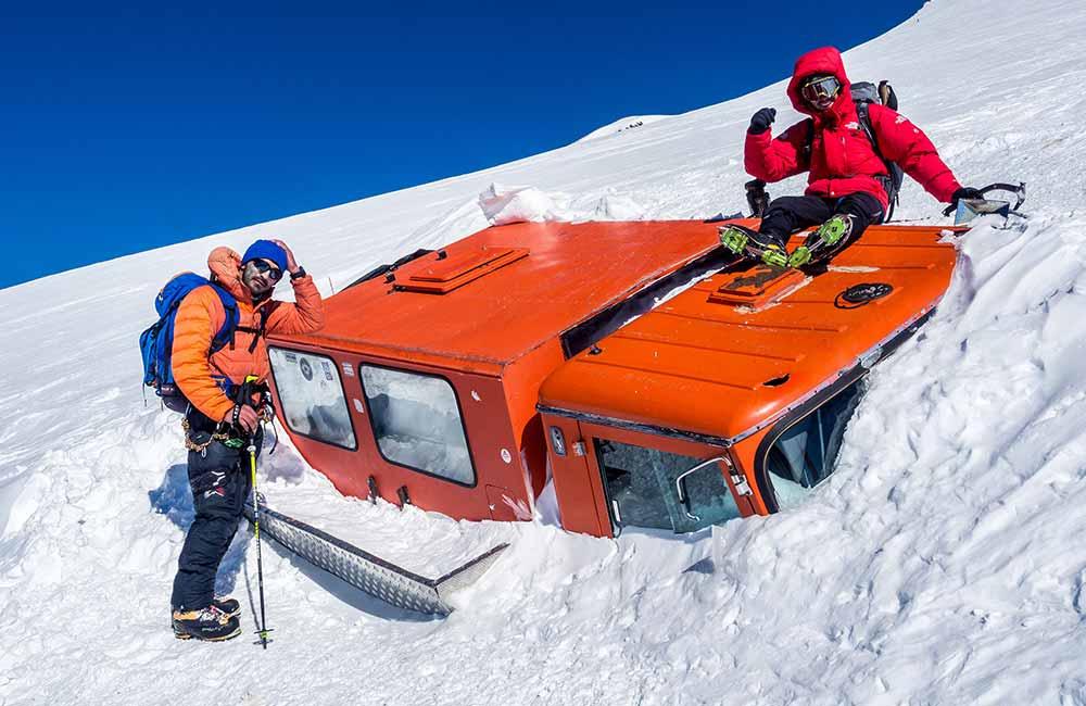 Czerwony ratrak pod Elbrusem