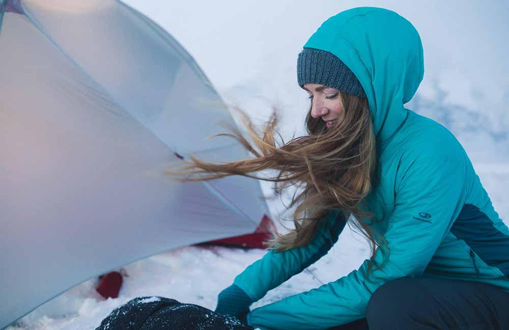 Damska kurtka Icebreaker w zimie.