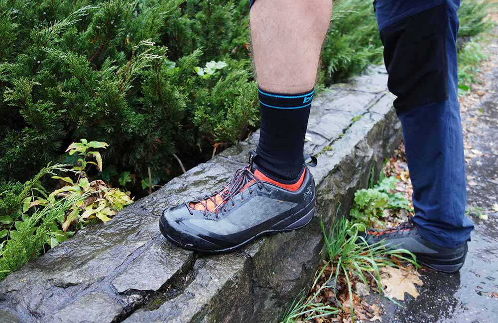 Test skarpet wodoszczelnych Bridgedale StormSock w butach podejściowych.