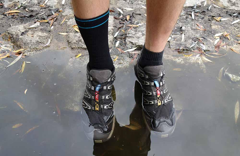 Buty biegowe w wodzie. Skarpeta wodoodporna kontra tradycyjna skarpeta biegowa.