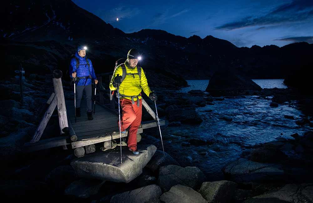 Trekking w nocy z czołówką.