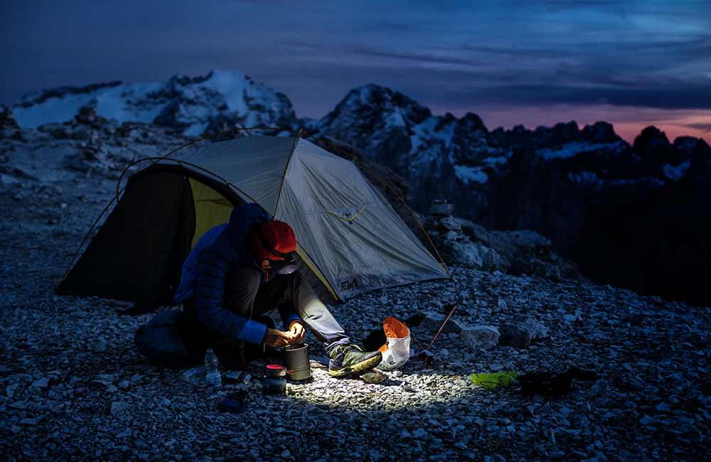 Czołówka przed namiotem