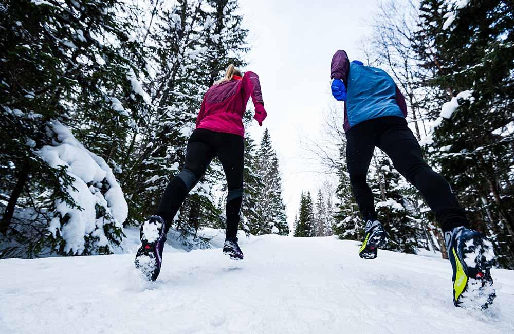 Bieganie w zimie po śniegu.