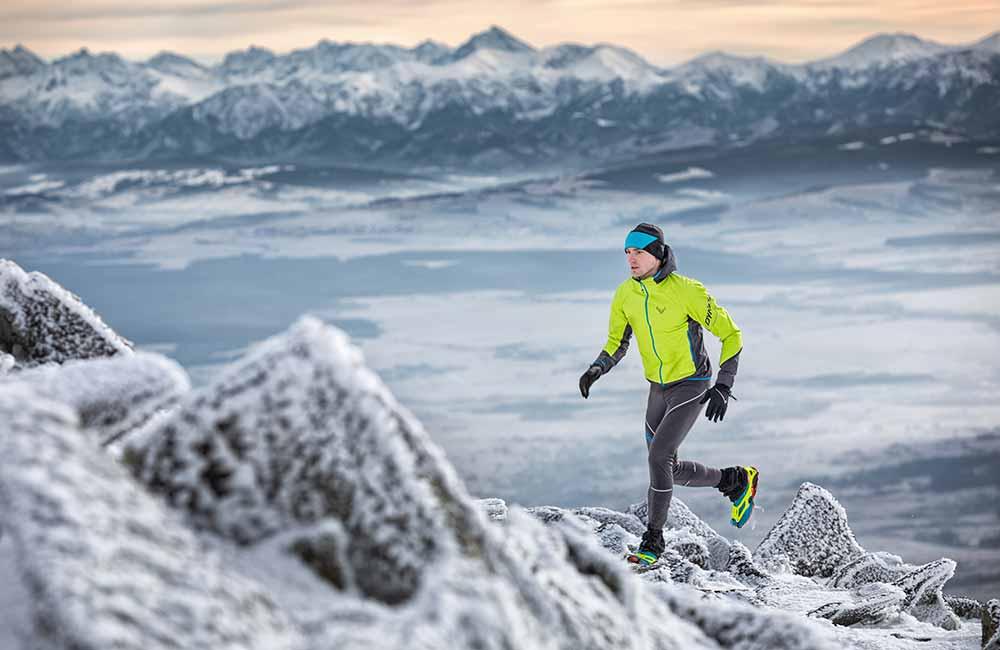 Bieganie zimą w niskiej temperaturze w górach