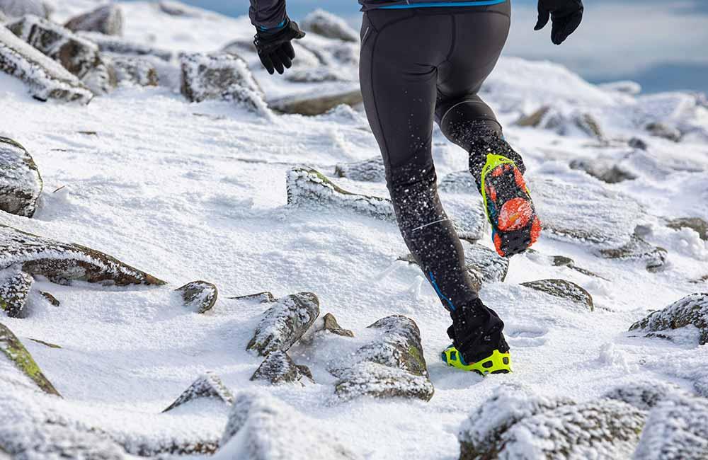 Buty biegowe w zimie z raczkami i stuptutami.