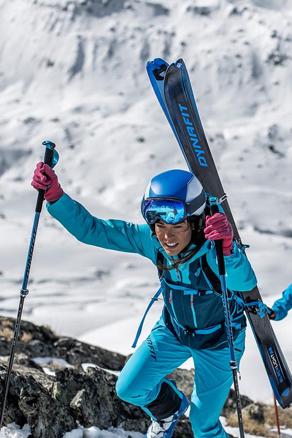 narty skiturowe Dynafit przytroczone do plecaka