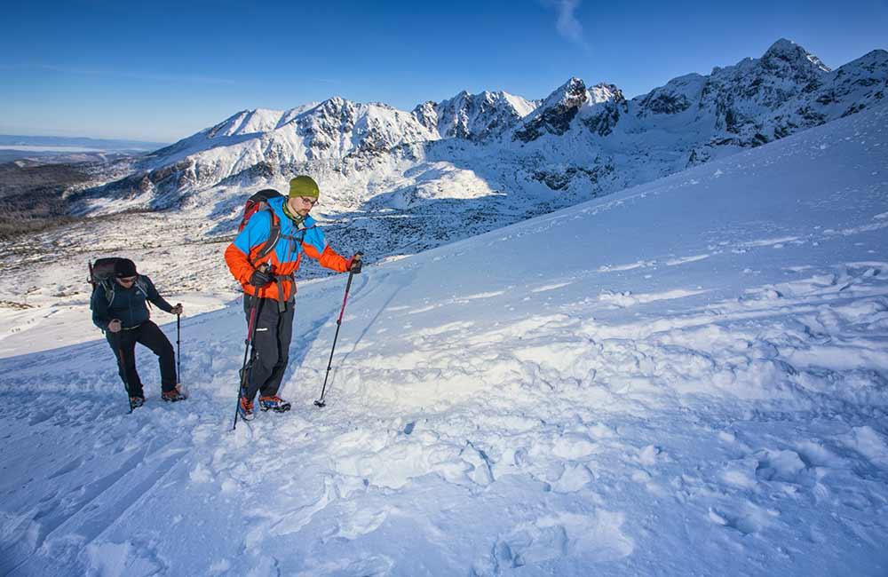 Turyści w Tatrach zimą