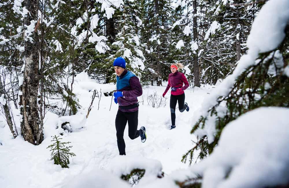 Bieganie zimą w śniegu.