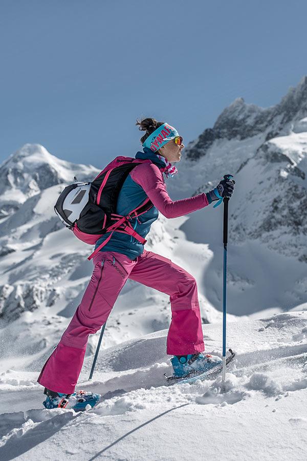 siatka na kask w plecaku skiturowym