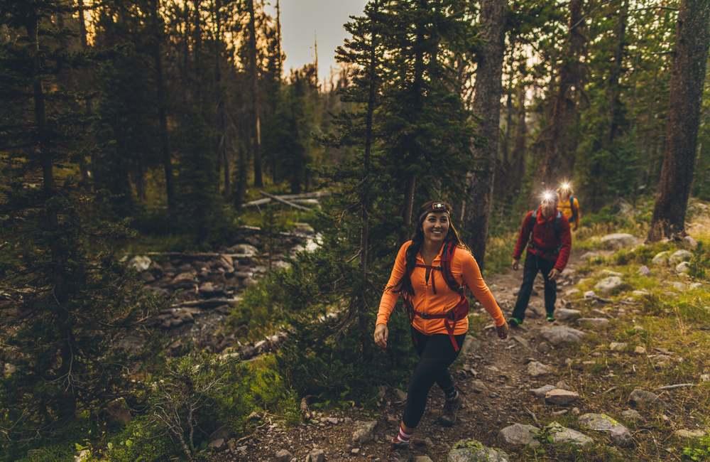 czołówka to niezbędny element wyposażenia trekkingowego