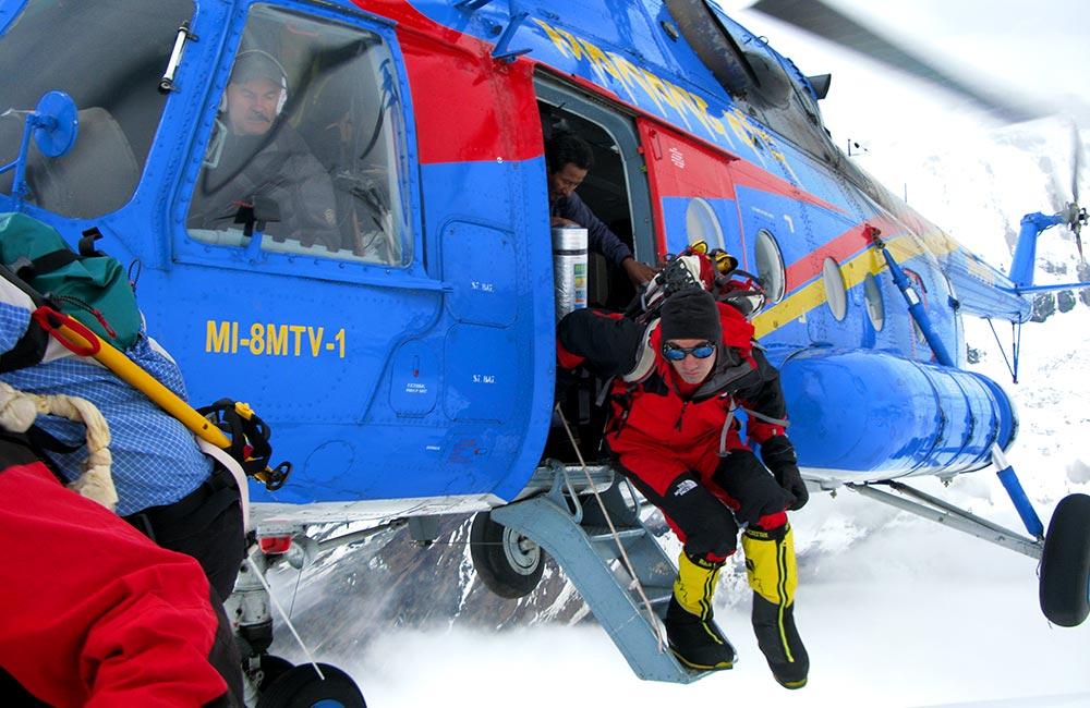 akcja ratunkowa (rok 2008) na Annapurnie - Helikopter leci po Inakiego Ochoa de Olza
