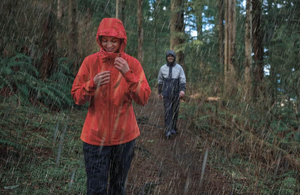 kurtka przeciwdeszczowa z kapturem doskonale sprawdzi się w lesie