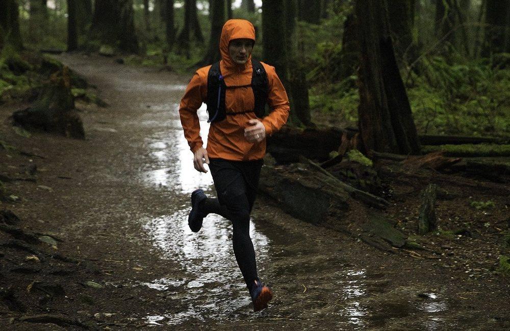 kurtka przeciwdeszczowa to niezbędne wyposażenie biegacza