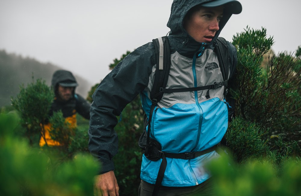 najlepszą ochronę przed deszczem zapewni kurtka typu hardshell