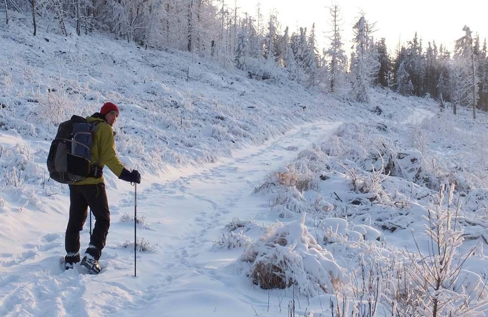 ochraniacze na buty górskie i zaśnieżony szlak