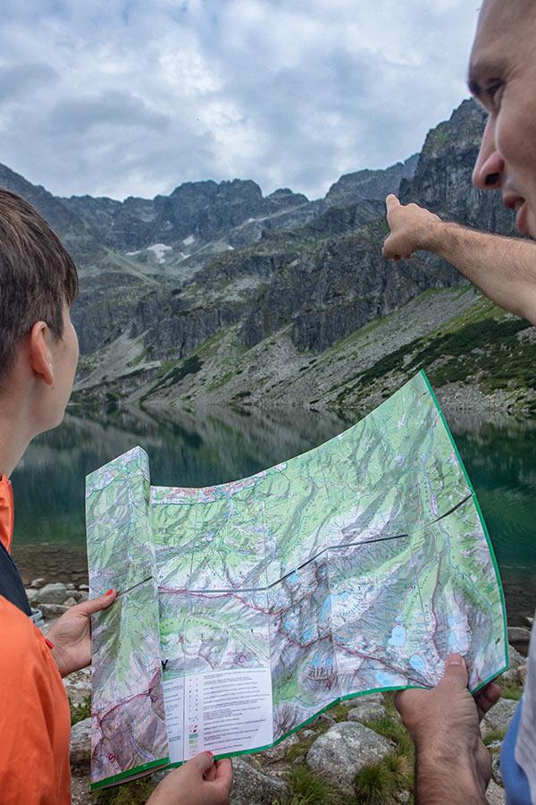 wytyczanie szlaku na mapie w górach