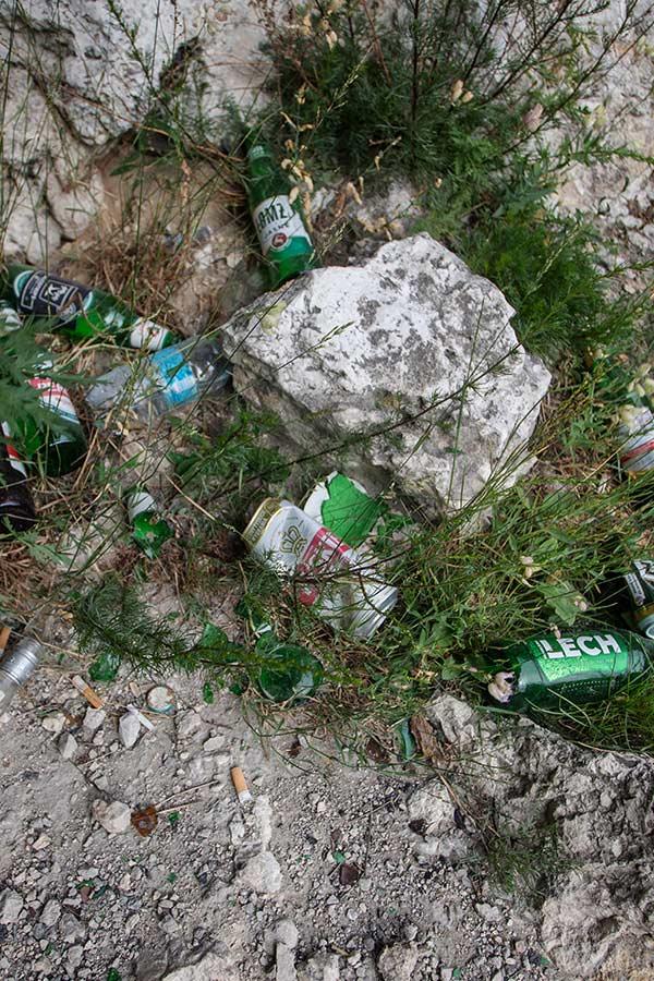 śmieci w skałach