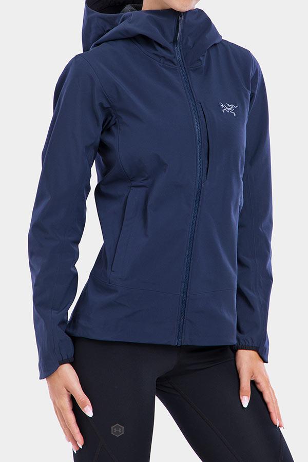 Kurtka softshellowa świetnie chroni przed wiatrem i dobrze się nosi (Fot. Arcteryx)