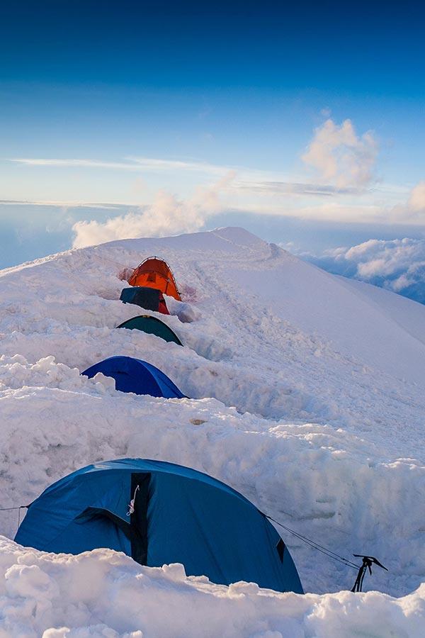 namioty zimowe osłonięte murem ze śniegu