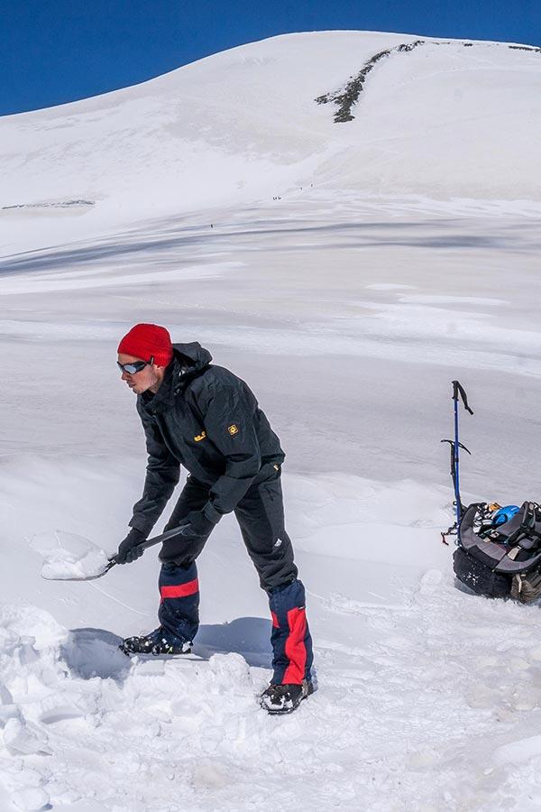 biwak na śniegu - warto zabrać ze sobą łopatę