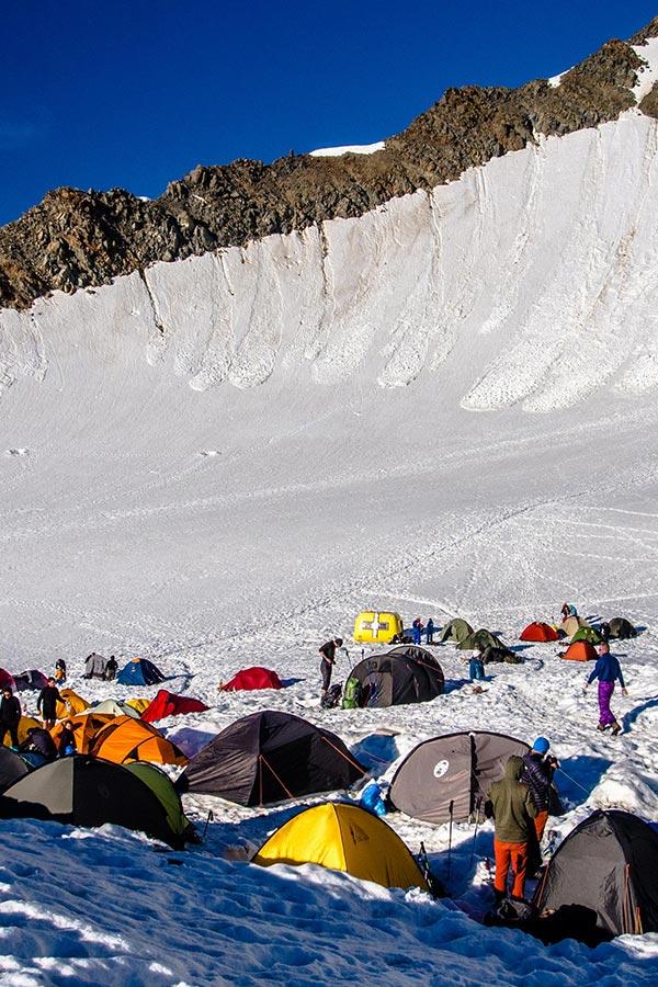 biwak zimą wiele namiotów w bazie - fot. Łukasz Supergan