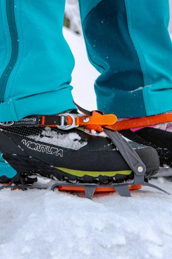 raki zamocowane na butach trekkingowych