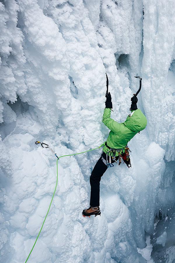 wspinaczka lodowa z czekanami