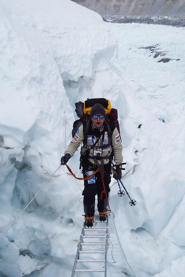 przejście po drabinie przez lodową szczelinę