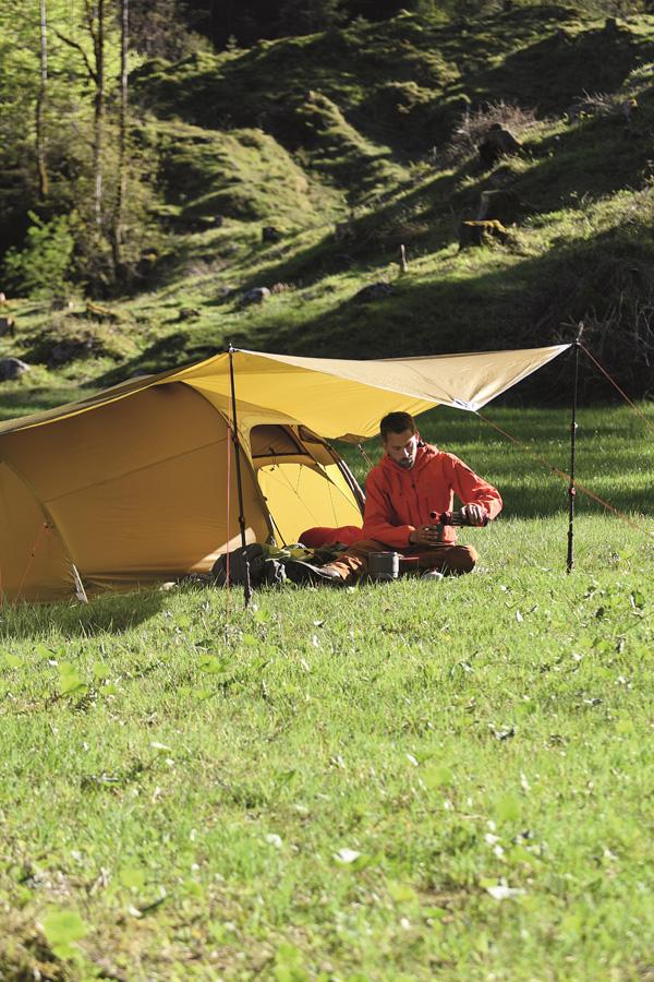 Biwak pod namiotem na polanie