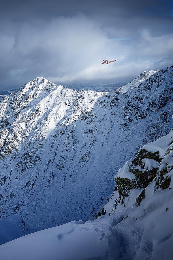 Helikopter TOPR niesie pomoc w górach.
