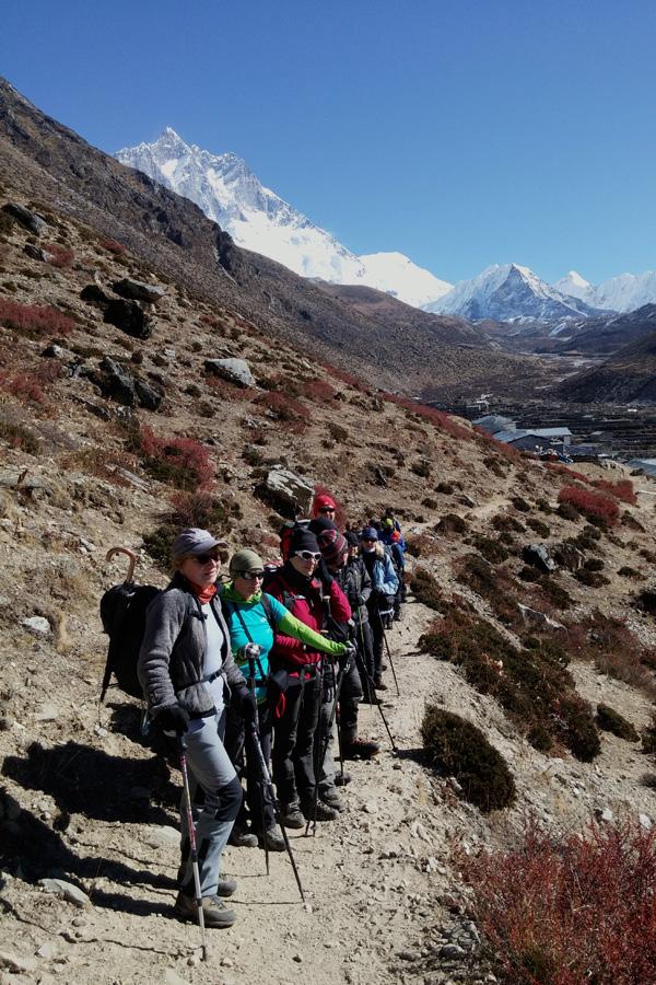 grupa trekkingowa w himalajach