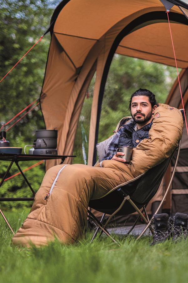 biwak w lesie: termos, namiot, śpiwór