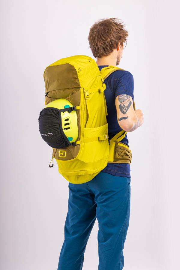 jak przymocować kask do plecaka